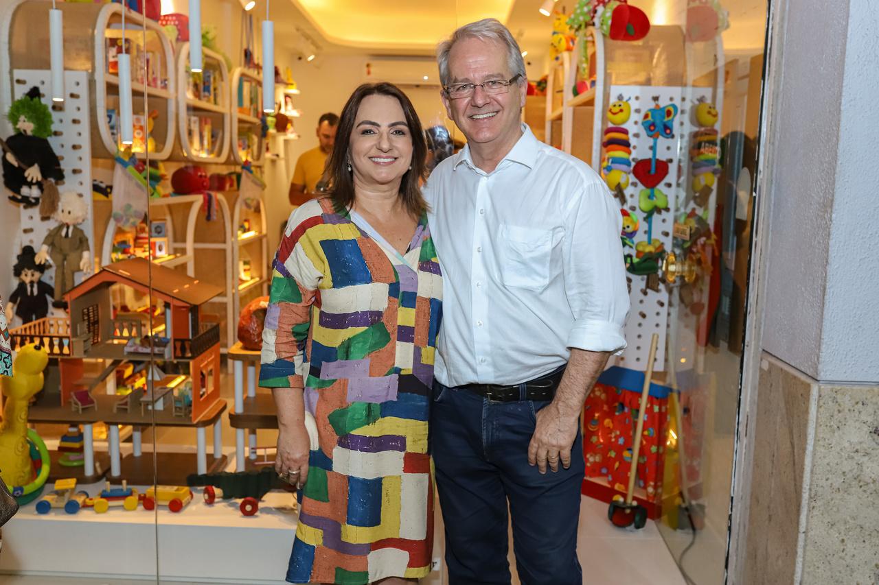 O casal Vera Saleme e César Colnago no lançamento de espaço de brinquedos lúdicos, na Praia do Canto, inspirado no pássaro da Mata Atlântica João-de-Barro. Foto: Leo Gurgel