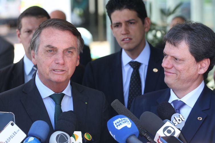O presidente Bolsonaro e o ministro da Infraestrutura, Tarcísio de Freitas, durante entrevista. Foto: Antonio Cruz/Agência Brasil