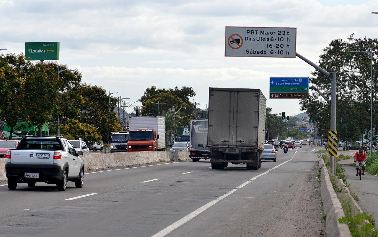 Placa indica limitação de circulação de caminhões em Vitória. Foto: Chico Guedes