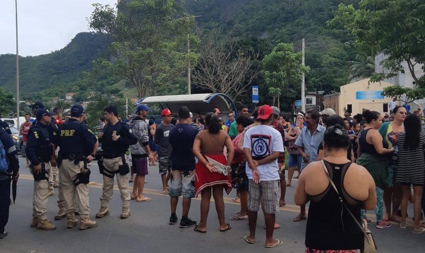 Os manifestantes pedem a liberação de casas populares na região de Divinópolis, na Serra. Foto: Ouvinte BandNews FM