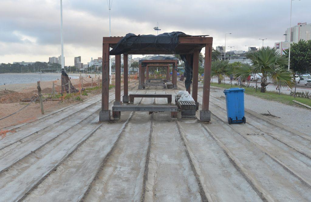 Reforma do deque da Praia de Camburi, em Vitória. Foto: Chico Guedes