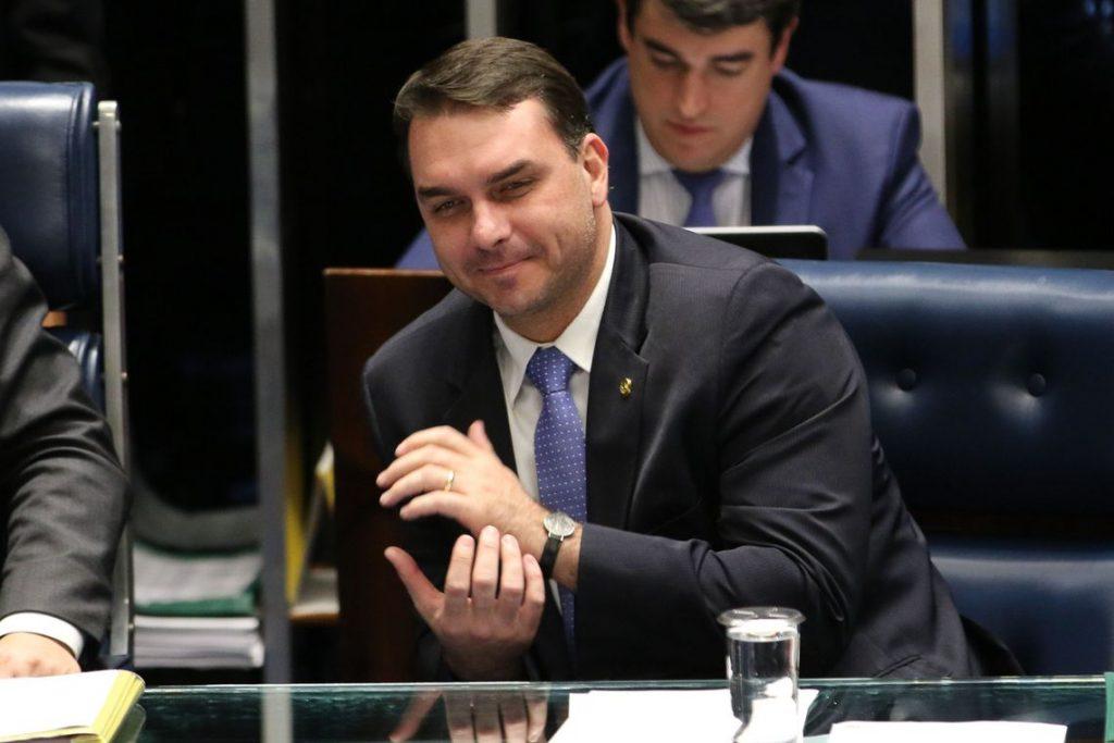 O senador Flávio Bolsonaro durante sessão que aprovou MP que autoriza a participação de até 100% de capital estrangeiro em companhias aéreas brasileiras. Foto: Fabio Rodrigues Pozzebom/Agência Brasil