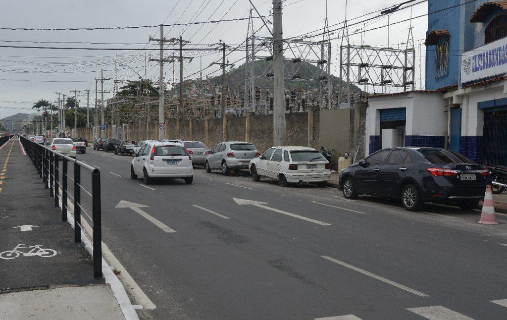 Veículos estacionados em faixa da Avenida Leitão da Silva, em Vitória. Foto: Chico Guedes