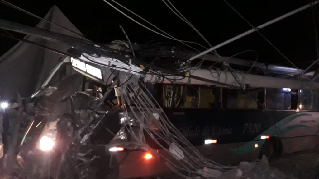 Acidente com ônibus na Curva do Saldanha, em Vitória. Foto: Internauta