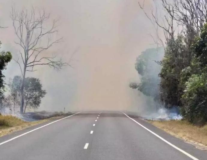 Fumaça cobre estrada na Austrália. Foto: FRNSW/Fotos Públicas