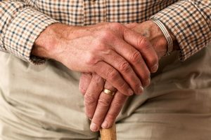 Idoso; bengala; mãos. Foto: Pixabay