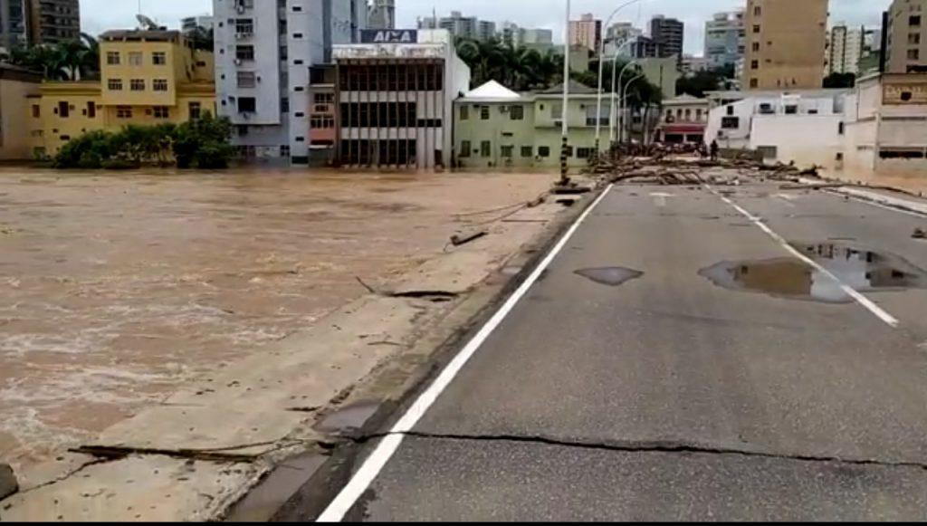 Ponte que liga o Tiro de Guerra a Dadalto, em Cachoeiro de Itapemirim, ficou destruída. Foto: Reprodução