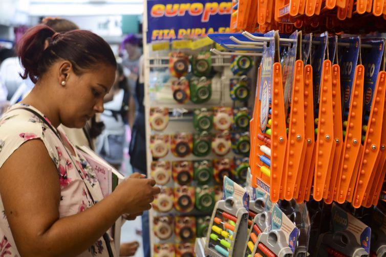 Compras de material escolar. Foto: Rovena Rosa/Agência Brasil