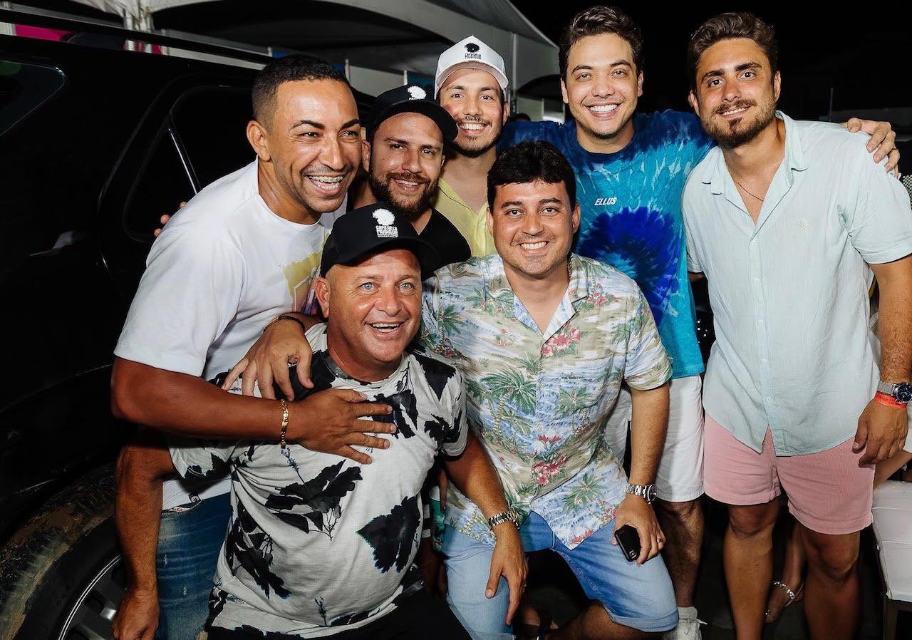 Wesley Safadão com a turma que faz entretenimento no Cafe. Foto: Léo Gurgel