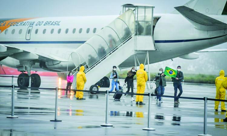 Equipe com roupas especiais aguardavam em Anápolis a chegada dos brasileiros que estavam no epicentro da epidemia de coronavírus. Foto: Divulgação/Ministério da Defesa