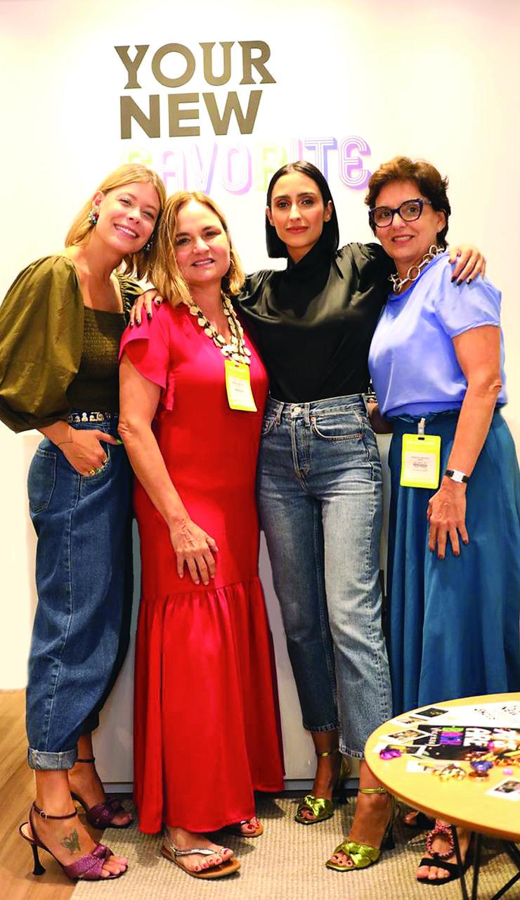 As empresárias Raquel e Vanuza Melo entre as influenciadoras Guta Virtuoso e Francesca Monfrinatti, durante evento que dita a moda de 2020, em São Paulo. Foto: Divulgação