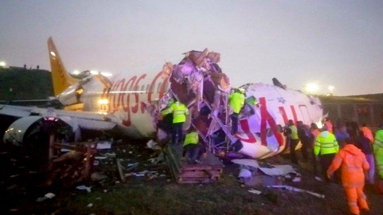 Avião derrapa no aeroporto de Istambul e ficou partido em três. Foto: Reprodução/Twitter