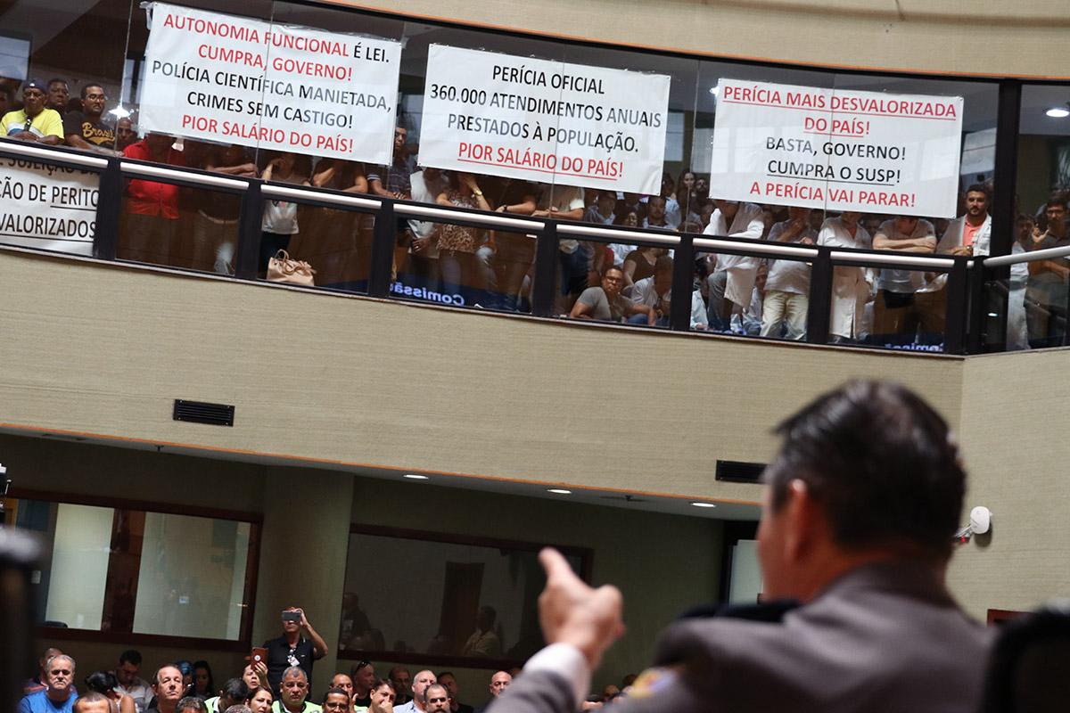 Bombeiros e policiais cobraram dos deputados estaduais a reposição de perdas. Foto: Lucas Silva