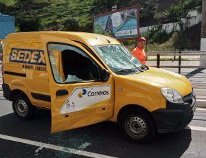 Criminosos depredaram veículo dos Correios na Avenida Leitão da Silva. Foto: Internauta