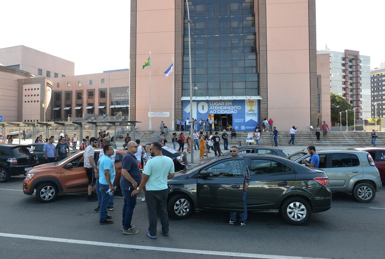 Dezenas de motoristas foram à Assembleia Legislativa do estado. Foto Chico Guedes