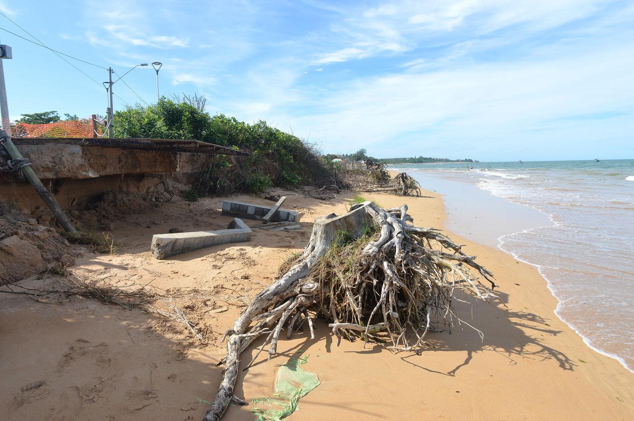 Erosão avança e já destruiu ruas da região. Fotos: Chico Guedes