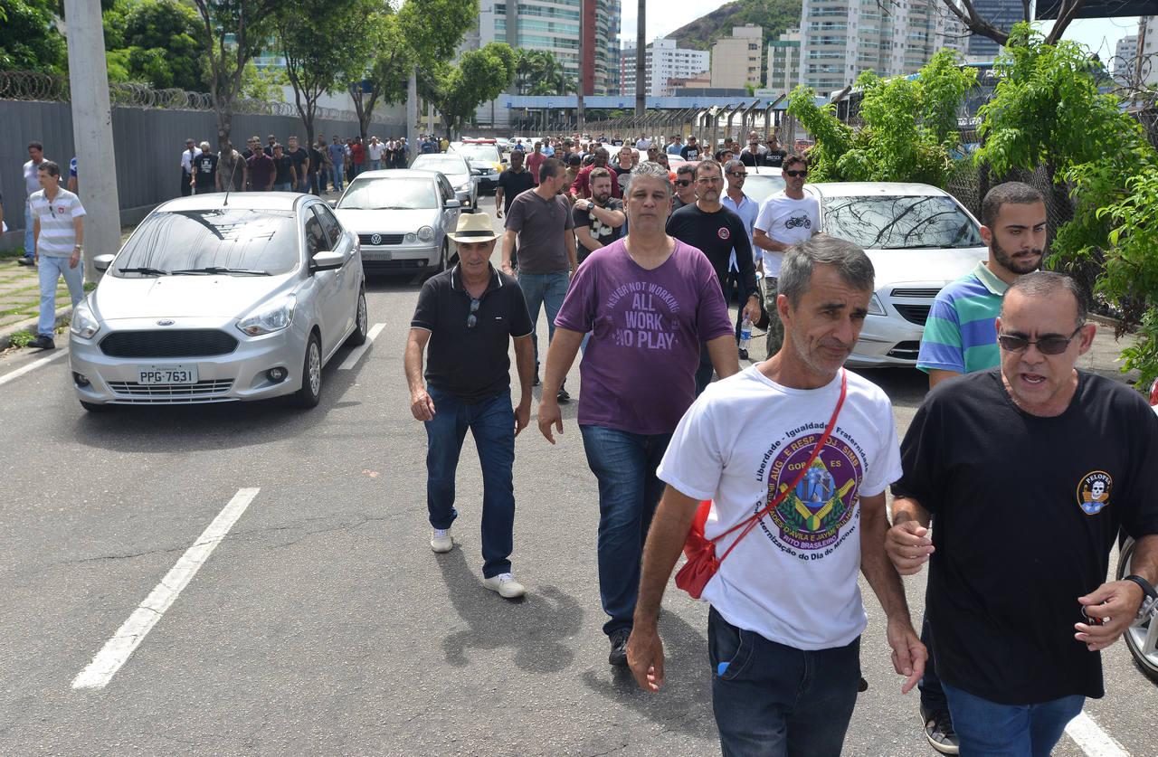 Grupo faz manifestação contra proposta nas ruas de Vitória. Foto: Chico Guedes