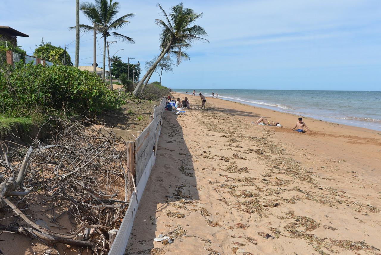 Para conter o avanço do mar, moradores fizeram barreiras na areia. Foto: Chico Guedes