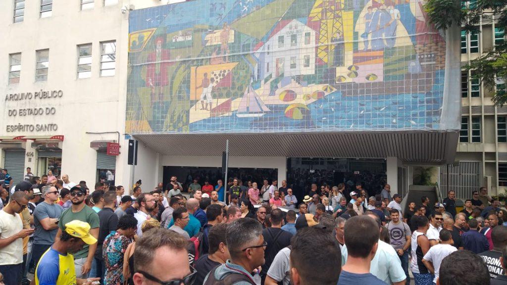 Policiais se reúnem no Centro de Vitória. Foto: Chico Guedes