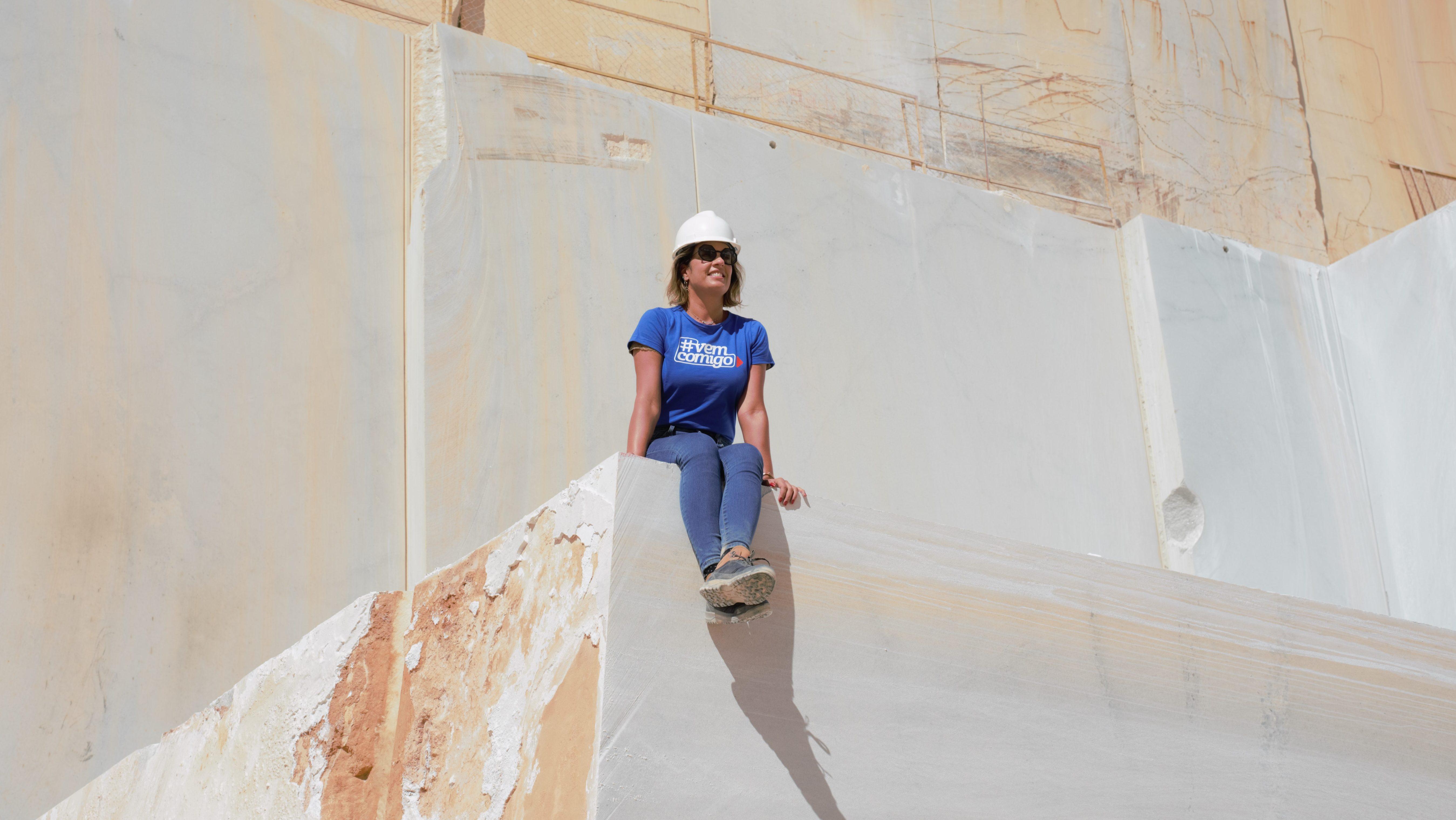 Renata Malenza conferindo de perto os preparativos da Brasigran para a Vitória Stone Fair 2020. Foto: Divulgação