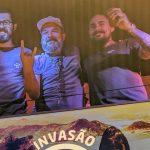 Rogério Donato (à esquerda) e Renan Duarte (à direita) com Daniel Duarte, especialista em cervejas da The Tap House. Foto: Leticia Orlandi