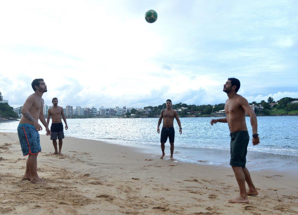 Amigos jogam altinha na Ilha do Boi, em Vitória. Foto: Chico Guedes