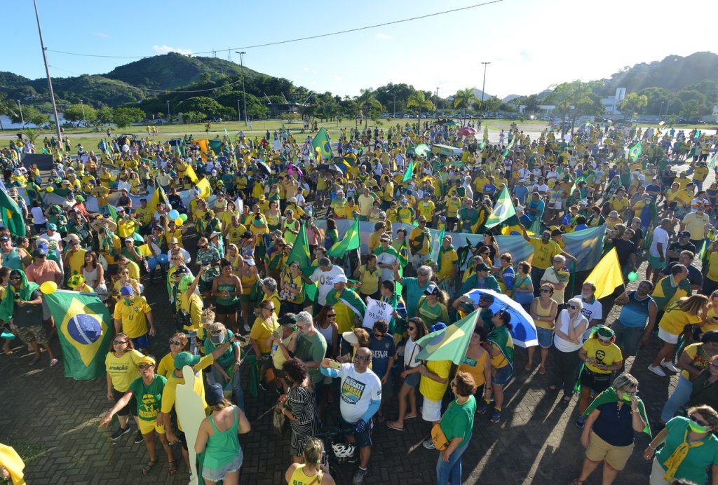 Apoiadores de Bolsonaro re reuniram na Praça do Papa, em Vitória. Foto. Chico Guedes
