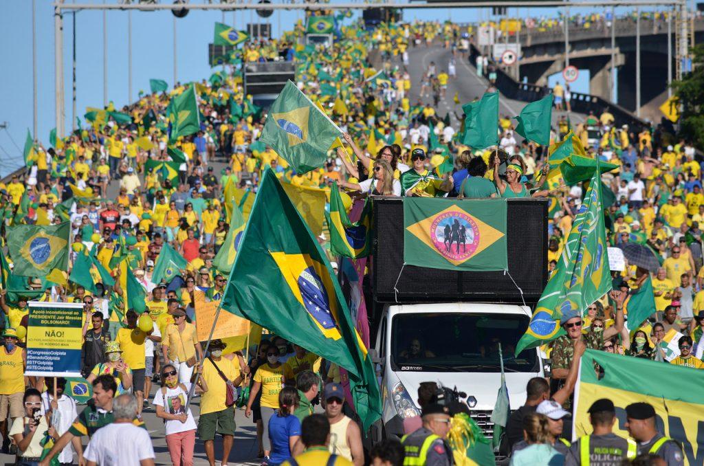 Apoiadores do governo atravessaram a Terceira Ponte neste domingo (15). Foto: Chico Guedes