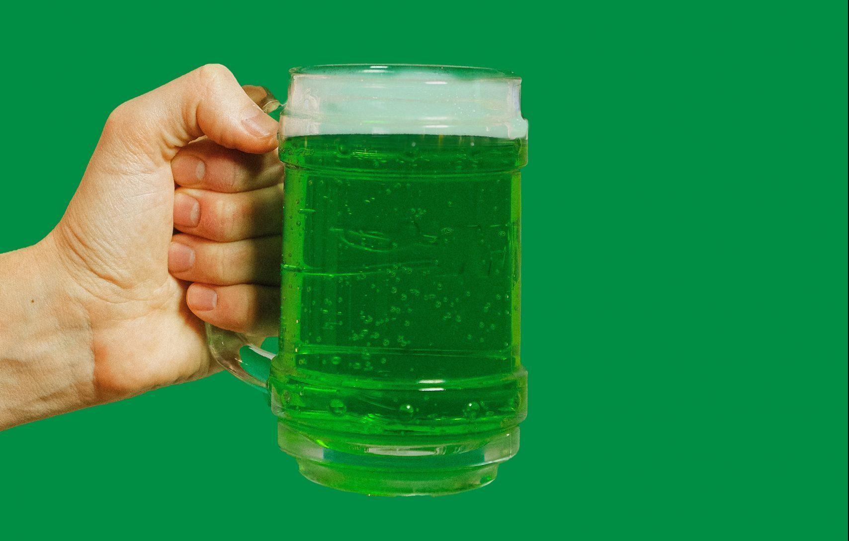 Chope verde é tradição da data. Foto: Anna Shvets/Pexels