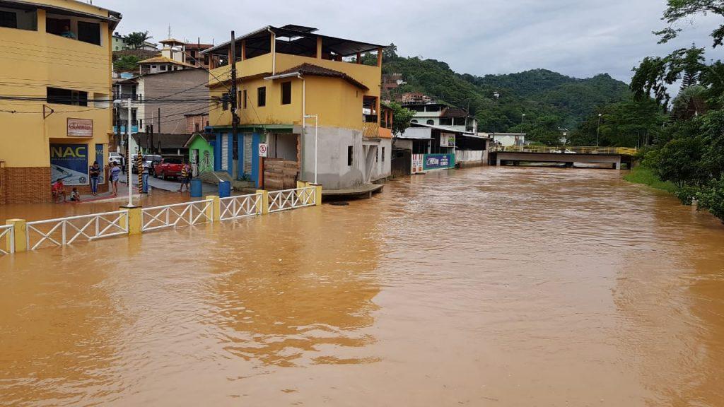 Chuva forte provoca alagamento em Marechal Floriano. Foto: Internauta