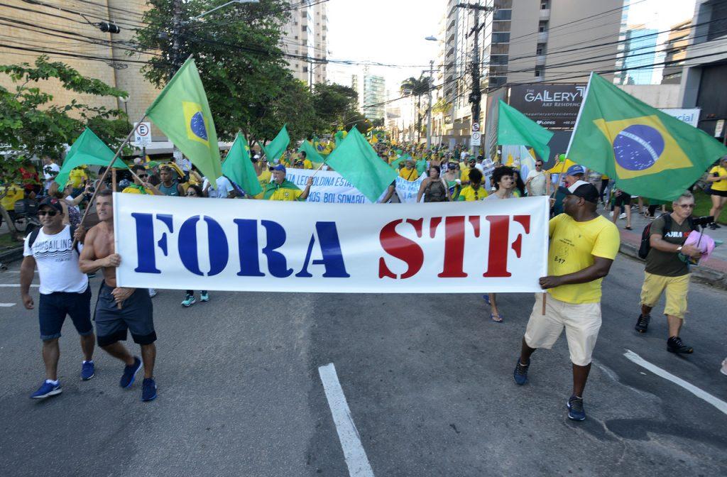 Com faixas e cartazes, apoiadores de Bolsonaro atravessaram a Terceira Ponte e se reuniram na Praça do Papa, em Vitória. Foto: Chico Guedes