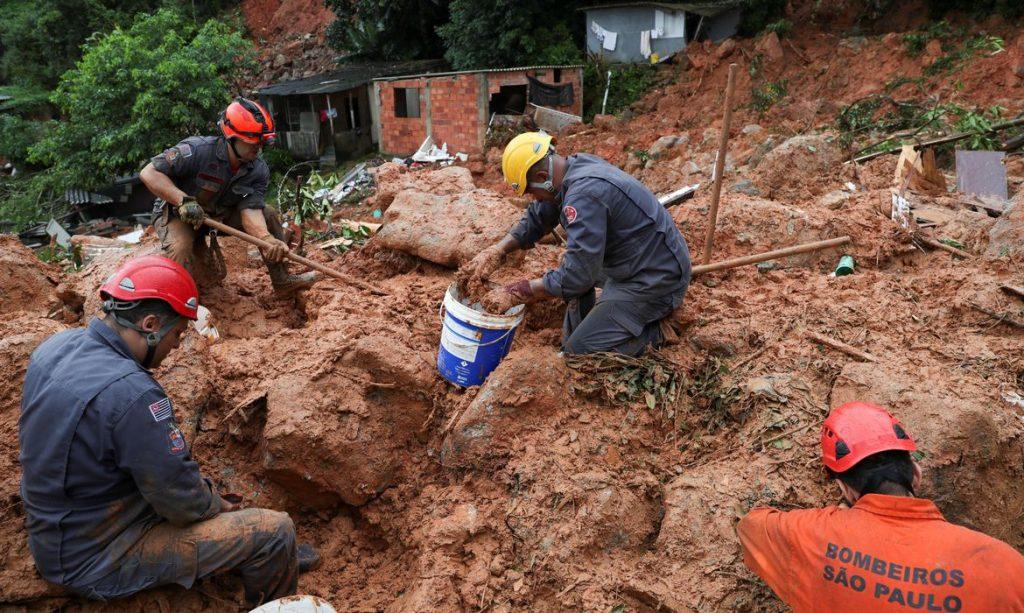 Corpo de Bombeiros trabalham em resgate na Baixada Santista. Foto: Amanda Perobelli