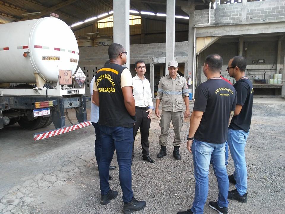Operação conjunta do Procon-ES interdita fábrica clandestina de álcool em gel em Vila Velha. Foto: Governo do Espírito Santo