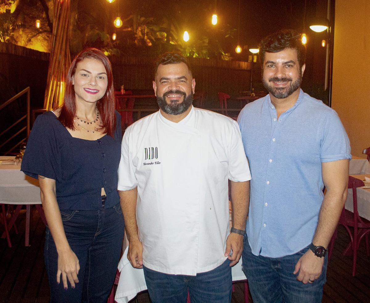Os influencers Aline Zanardo e Márcio Borges com o chef Alessandro Eller: lançamento de novo menu do Dido Restaurante, acompanhado de degustação de vinhos. Foto: Divulgação