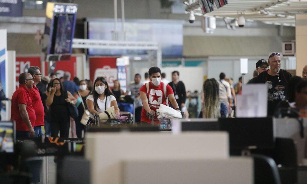 Passageiros e funcionários circulam vestindo máscaras contra o novo coronavírus (Covid-19) no Aeroporto Internacional Tom Jobim no Rio de Janeiro. Foto: Fernando Frazão/Agência Brasil