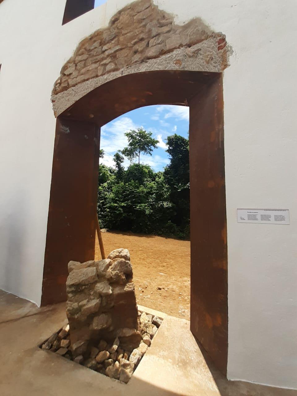 A fundação das paredes tinham bases reforçadas com pedras irregulares vindas de leitos de rio e depósitos marinhos assentadas com argamassa composta por argila, cal e areia, entre outros. Foto: Vinicius Arruda