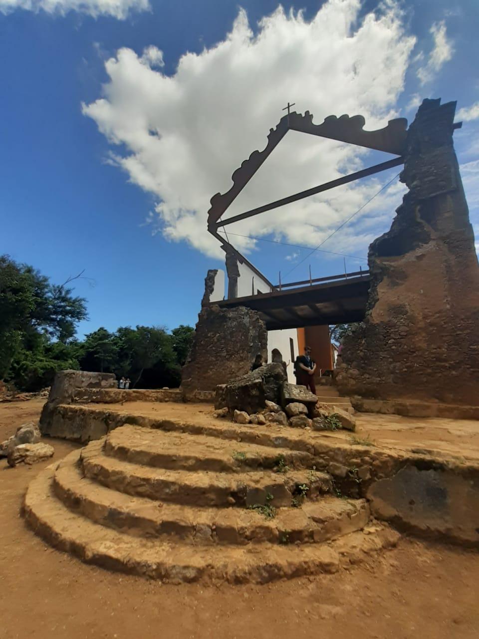 O frontão, elemento decorativo no nível superior da entrada da igreja, foi reconstruído em aço a partir de fragmentos em pedra da estrUtura original que estavam soterrados junto à escadaria original. Foto: Vinicius Arruda
