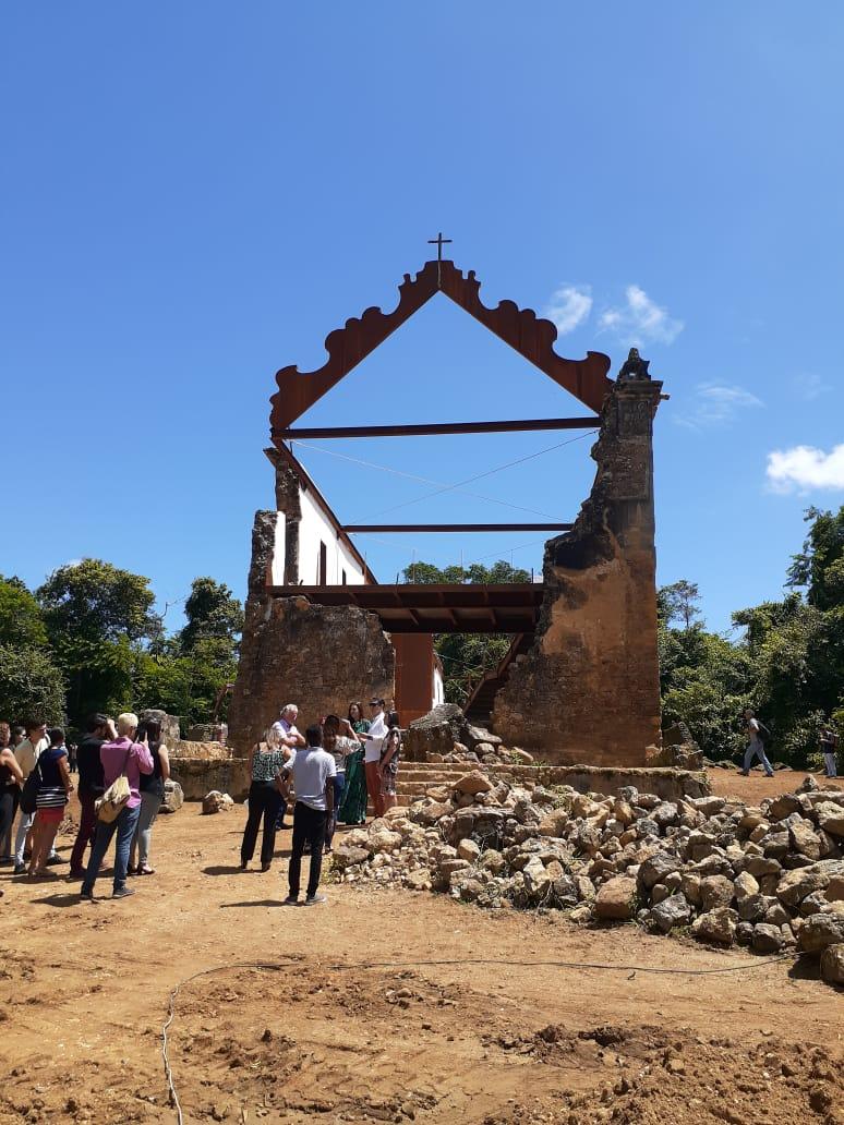 A entrada da igreja concentra pilhas de pedras que faziam parte do templo. Elas serão mantidas ali como parte das ruínas. Foto: Vinicius Arruda