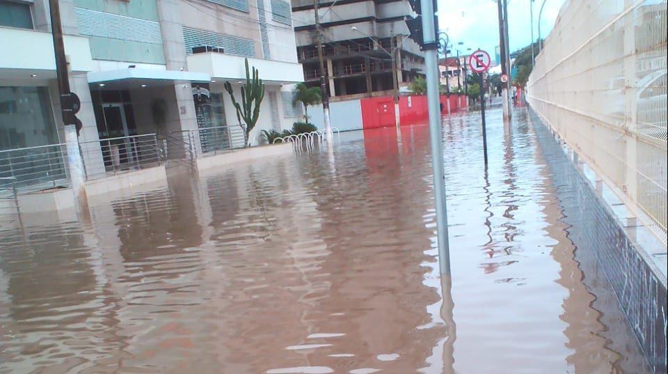 Rua Moema, no bairro Divino Espírito Santo, amanheceu alagada nesta segunda-feira. Foto: Divulgação