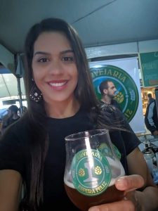 Sophia faz cerveja em casa e tem empresa de equipamentos de cerveja. Foto: Divulgação