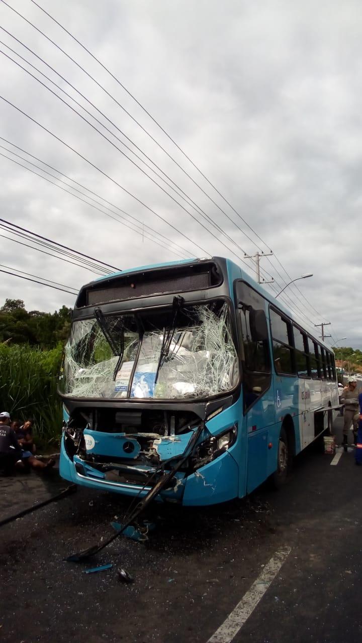 Acidente entre dois ônibus do Sistema Transcol na Norte Sul