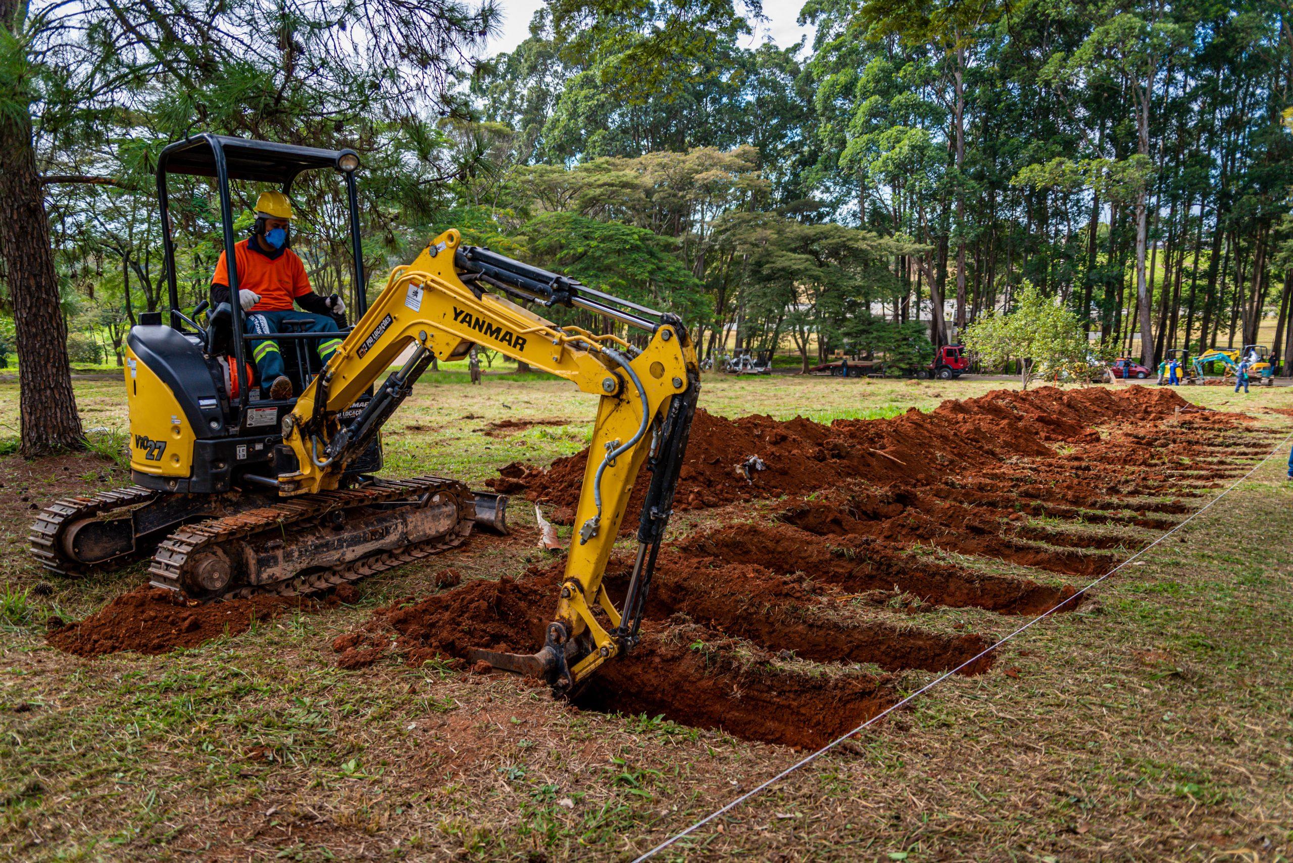 Covas abertas por máquinas no cemitério da Vila Formosa na Zona Leste de São Paulo, neste sábado (18), para receber os sepultamentos decorrentes à Pandemia Covid-19. Foto: Antonio Molina/FotoArena/Estadão Conteúdo