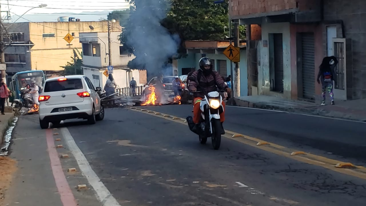 Barreira de fogo interdita a avenida Serafim Derenzi, em Vitória. Foto: Ouvinte BandNews FM