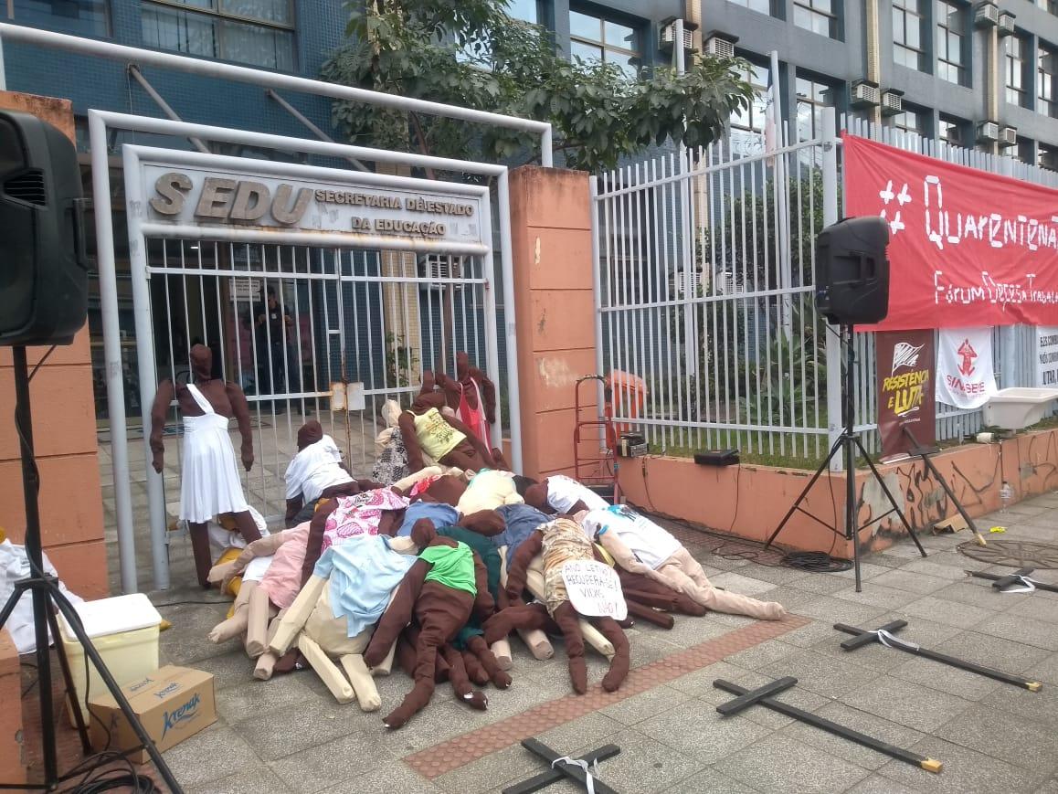 Bonecos e cruzes foram empilhados em frente ao prédio da Sedu, em Vitória. Foto: Divulgação