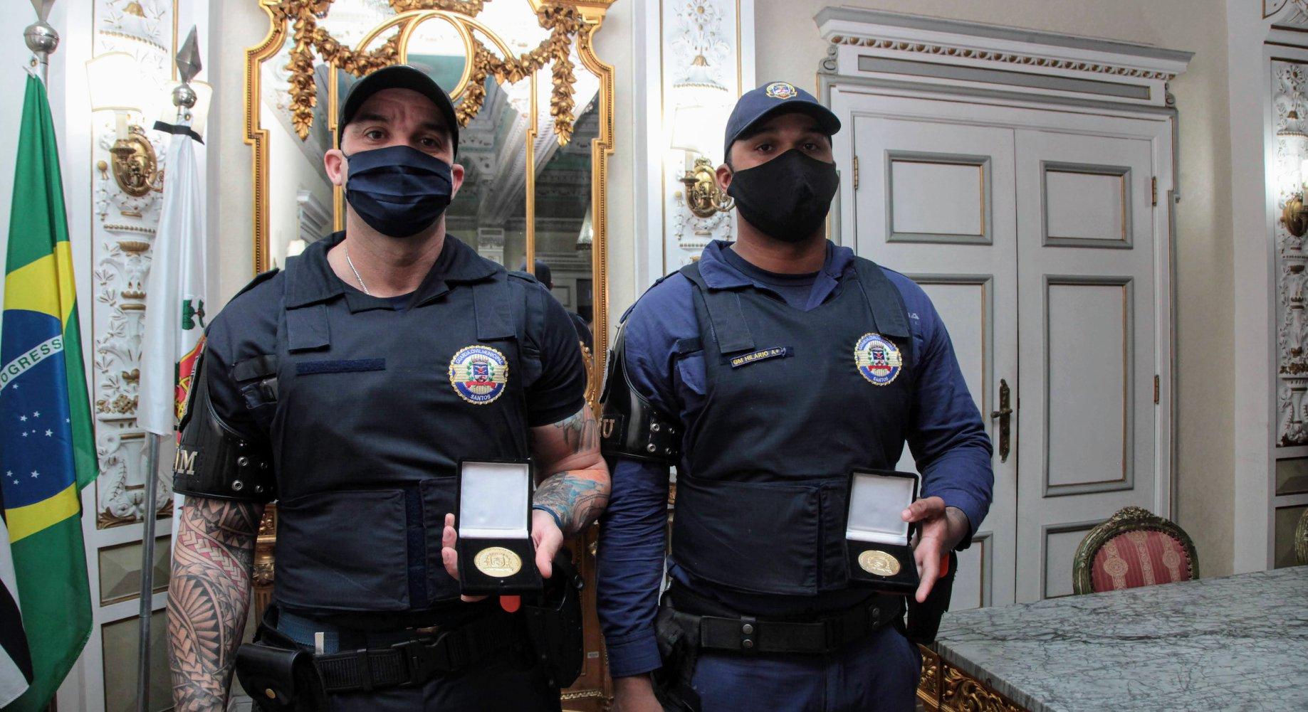 Cícero Hilário Roza Neto e Roberto Guilhermino da Silva foram homenageados pela conduta. Foto: Divulgação/Prefeitura de Santos