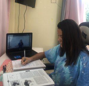 Júlia estudando pelo material da Unipró. Foto: Divulgação