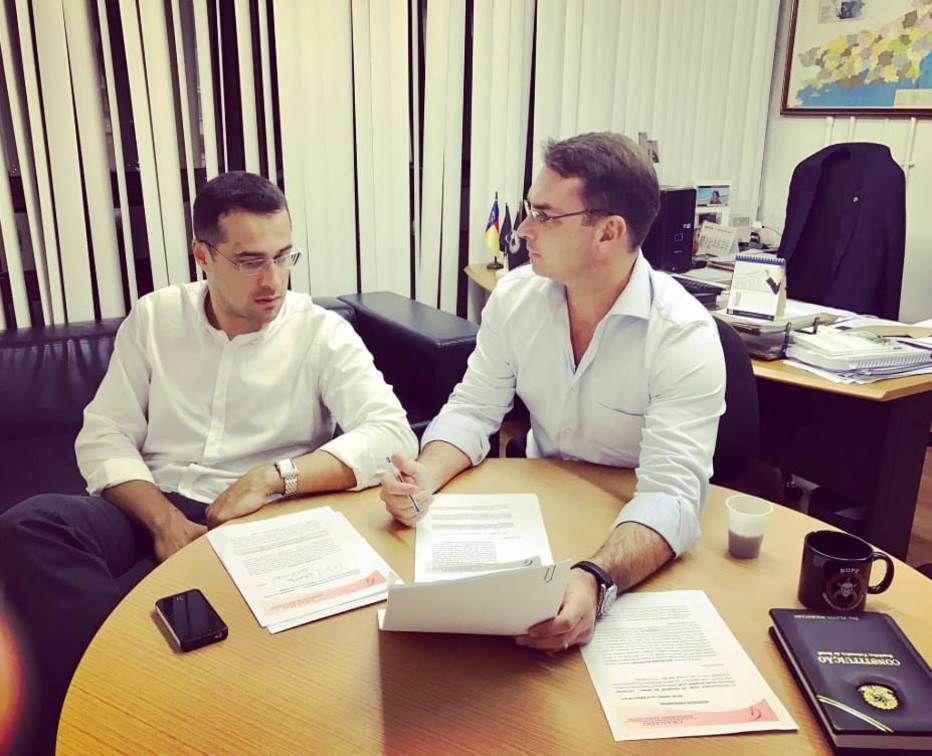 O advogado Victor Granado e o senador Flávio Bolsonaro, em seu gabinete. Foto: Reprodução/Twitter