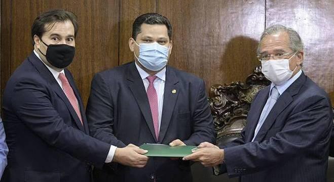 Paulo Guedes entrega primeira fase da proposta de reforma tributária. Foto: Agência Senado