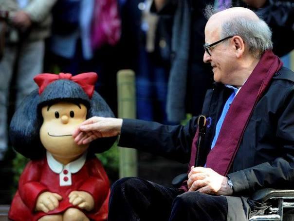 Quino ao lado da escultura da Mafalda. Foto: Reprodução/Mafalda Oficial