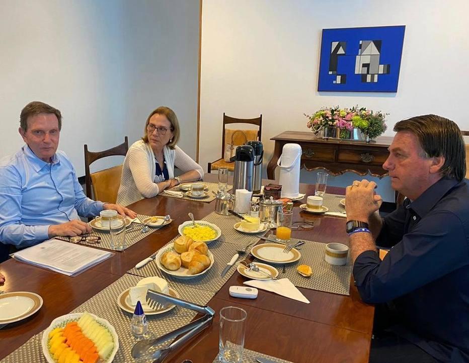 Marcelo Crivella e sua esposa Sylvia toma café com Jair Bolsonaro (Foto: Divulgação)
